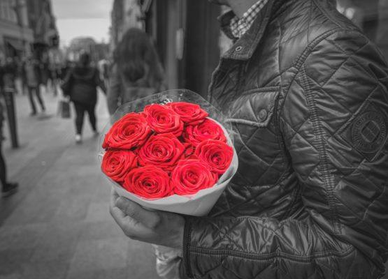 Comment savoir si un homme est amoureux ? Les 4 signes qui ne trompent pas !